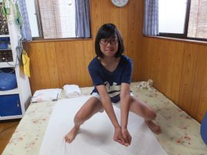 サーブの姿勢すると両膝が痛い